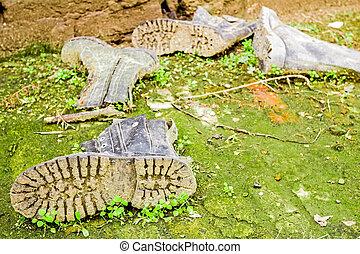 gammal, smutsa ner, skor, bland, gräs, och, lera