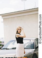 gammal, ung, stående, kvinna, bil