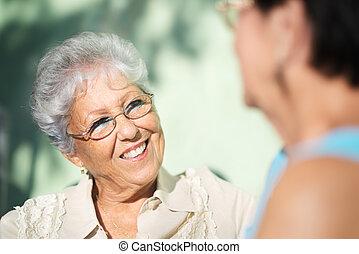 gammala vänner, två, lycklig, senior women, talande, i park