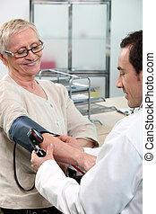 gammel kvinde, har, hende, blod tryk, checked