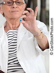 gammel kvinde, hos, medicin, ind, hånd