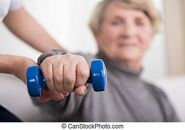 gammel, kvinde, oplæring, hos, fysioterapeut