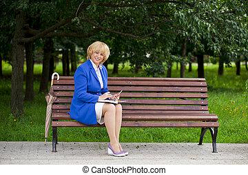 gammelagtig, kvinde branche, ind, jakke, sittin, på, bænk, hos, daglige, log