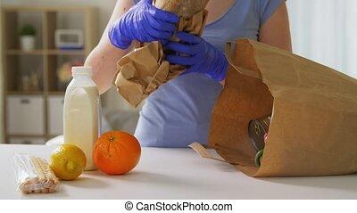 gants, maison, sac, prendre, papier, femme, nourriture