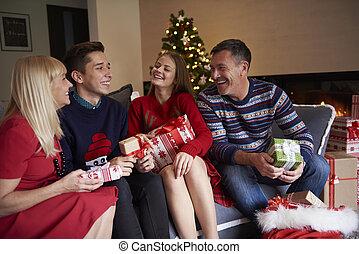 ganz, familie, sitzen sofa