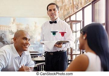 garçom, ficar, com, bandeja, em, restaurante