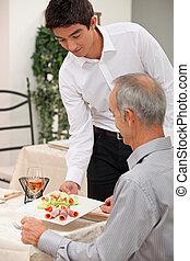 garçom, servindo, jovem, salada, presunto