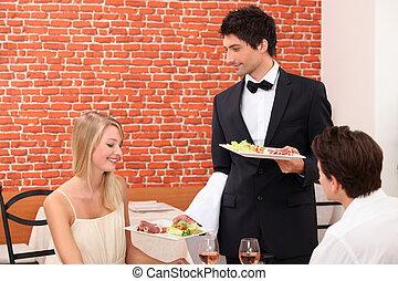 garçom, servindo, par, em, restaurante