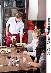 garçom, servindo, refeição