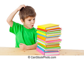 garçon, à, livres, gratter tête
