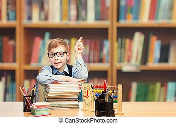 garçon, école, indiquer haut, publicité, étudiant, enfant, éducation élémentaire, classe, gosse