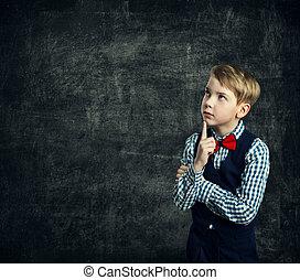 garçon, école, penser, pensée, sur, tableau noir, côté, regarder, doigt, enfant, menton, education, enfants, gosse