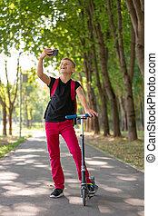 garçon, été, parc, selfie, ensoleillé, jeune, jour, préadolescent, quoique, chaud, équitation, prendre, heureux, scooter, smartpone