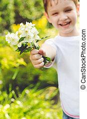 garçon, étire, bouquet, foyer, main, flowers., flowe