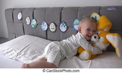 garçon, étreinte, lapin, grand, bed., lit, peluche, actif, jouet, amusez-vous, lapin, heureux