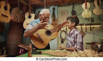 garçon, 11-old, guitare, papy, petit-enfant, enseignement, jouer, homme