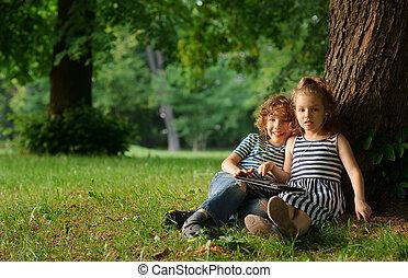 garçon, 7-8, asseoir, grand arbre, années, park., sous, girl