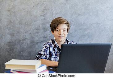 garçon adolescent, âge, ordinateur portable, fonctionnement