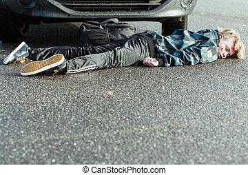 garçon, adolescent, accident, voiture, fatalité, route, pavé
