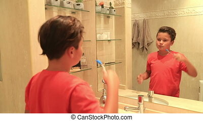 garçon, adolescent, brossant dents