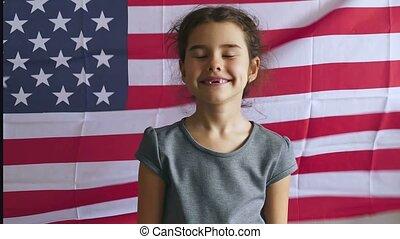 garçon adolescent, drapeau etats-unis, jour, américain, indépendance, quatrième, juillet, oui, geste, spectacles