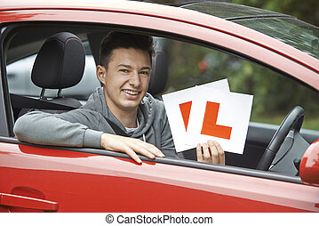 garçon, adolescent, examen, conduite, voiture, sourire, dépassement