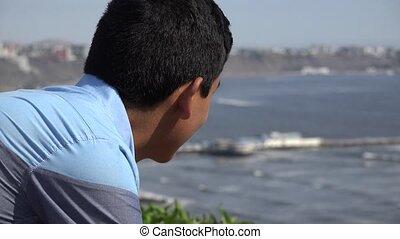 garçon adolescent, heureux, océan