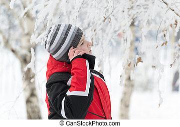 garçon adolescent, hiver, téléphone, parc, conversation