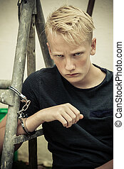garçon, adolescent, menottes, fâché, rebelle