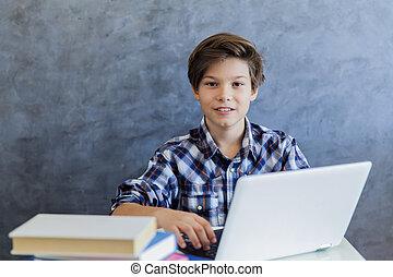 garçon, adolescent, ordinateur portable, fonctionnement, maison
