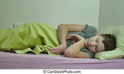 garçon, adolescent, poilu, fatigué, intérieur, bed., dormir,...
