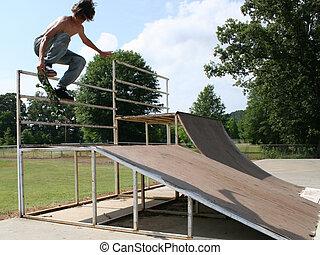 garçon adolescent, skateboarding, dehors