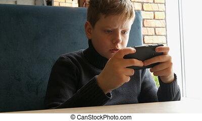 garçon adolescent, smartphone, jeu, noir, jouer