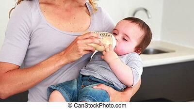 garçon, alimentation, elle, bot, sien, mère, bébé