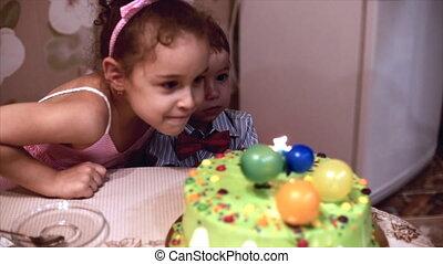 garçon, années, peu, deux, dehors, mère, lui, coup, anniversaire, famille, soeur, heureux, family., concept, célèbre, candles., aidé, sien