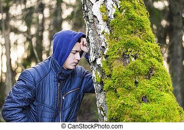 garçon, arbre, affligé, penchant