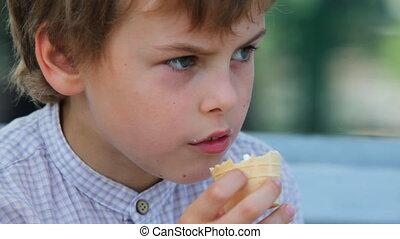 garçon, asseoir, parc, glace, banc, manger, crème