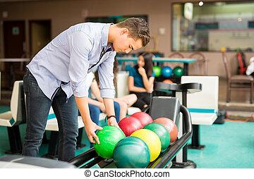 garçon, balle, club, haut, bowling, cueillette, étagère