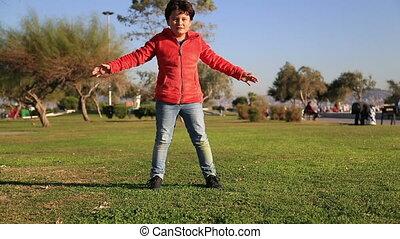 garçon, balle, herbe, jeune, donner coup pied