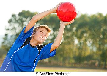 garçon, balle, jeune, attraper, outdoors., rouges