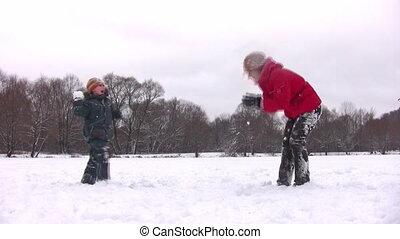 garçon, boule de neige, jouer, mère