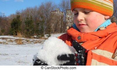 garçon, boule de neige, marques
