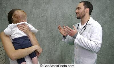 garçon, bureau, docteur., conversation, mère, pediatrician's