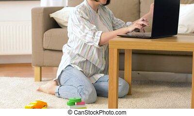 garçon, bureau, mère travaillante, bébé, maison, jouer