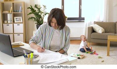 garçon, bureau, mère travaillante, bébé, maison