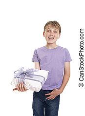 garçon, cadeau, tient, emballé, sourire, présent
