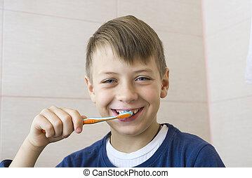 Garçon, cadre, dents, nettoie, sourires