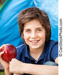 garçon, camping, pomme, tenue