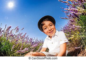 garçon, champ lavande, sourire, assied, terrestre