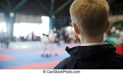 garçon, championnat, regarder, -, combat, concurrence, karaté, adolescent, spectateur, ralenti